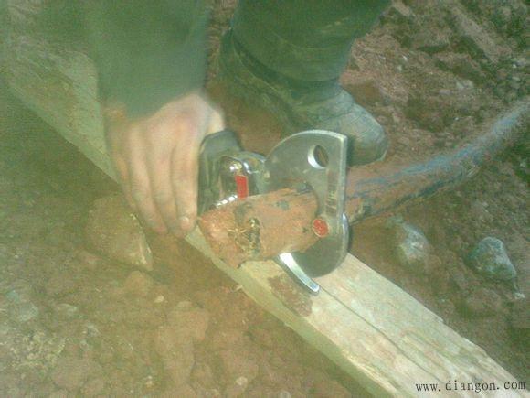 1、 紧固接线用力要适中,防止用力过大将螺栓螺母滑扣,发现已滑扣的螺栓螺母及时更换,严禁将就作业。 2、 用螺丝刀紧固或松动螺丝时,必须用力使螺丝刀顶紧螺丝,然后再进行紧固或松动,防止螺丝刀与螺丝打滑,造成螺丝损伤不易拆装,尤其是挂箱内的常用空开。 3、 发现难于拆卸的螺栓螺母,不要鲁莽行事,防止造成变形更难于拆卸,应给予适当敲打,或加螺丝松动剂、稀盐酸等稍后再进行拆卸。 4、 不要用老虎钳紧固或松动螺栓螺母,以防造成损坏,用活口扳手时要调整好开口,防止将螺栓螺母损坏变形,造成不易拆装。 5、 同一接线端