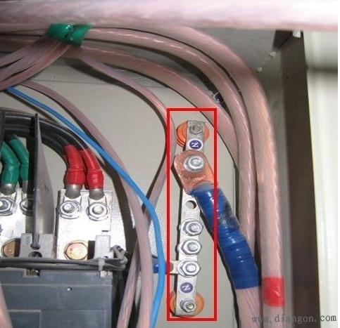 使用三个1p空开代替一个3p空开作为三相空调开关. 2.管内有接头  1.