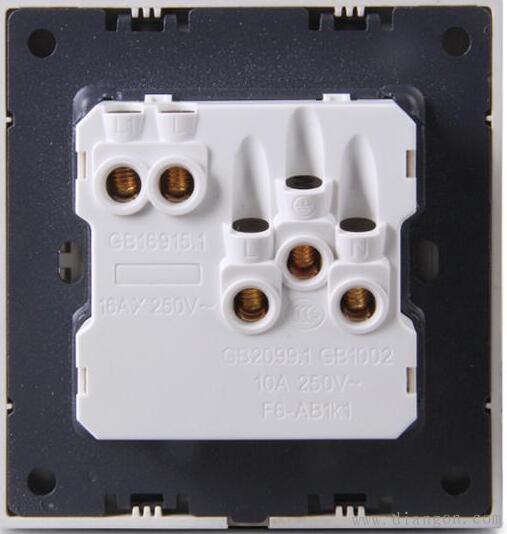 这种开关一直以来都有两种用法,一种是开关控制电灯,另一种是开关控制旁边那个五孔插座。但实际上,此类开关中没有任何保护措施,用它直接控制用电器,极易造成击穿,有很大安全隐患。 因此,此处只为大家介绍开关控制电灯的接法插座篇 五孔10A插座:家庭普通用电器常用插座。