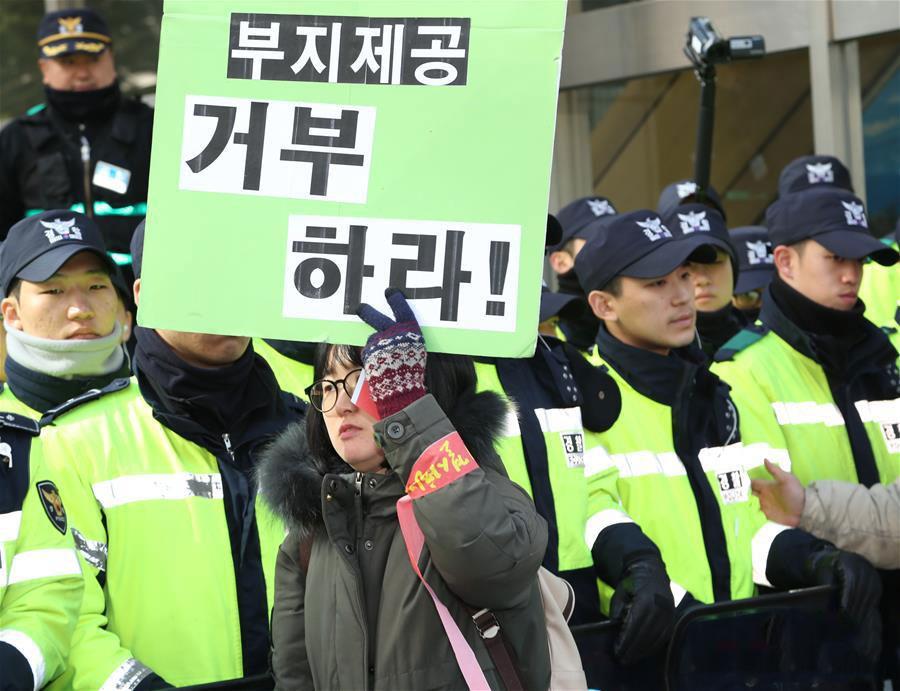 """韩国民众反对""""萨德""""的标语。"""